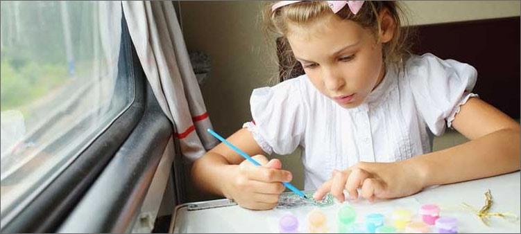 девочка-рисует-в-поезде