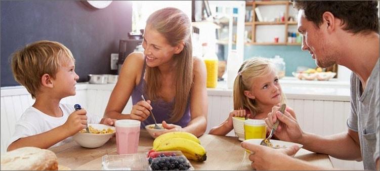 семья-завтракает